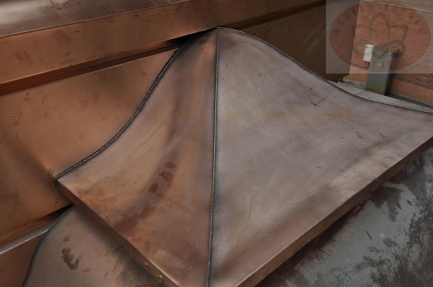 Герметичное примыкание крышки медного дымника