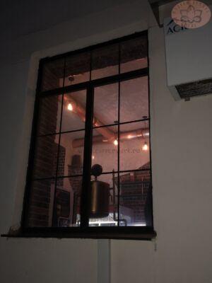 Инсталляция медной пивоварни вид из окна
