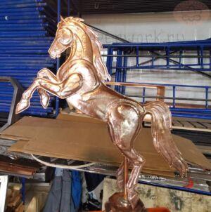 Медный шпиль с лошадью