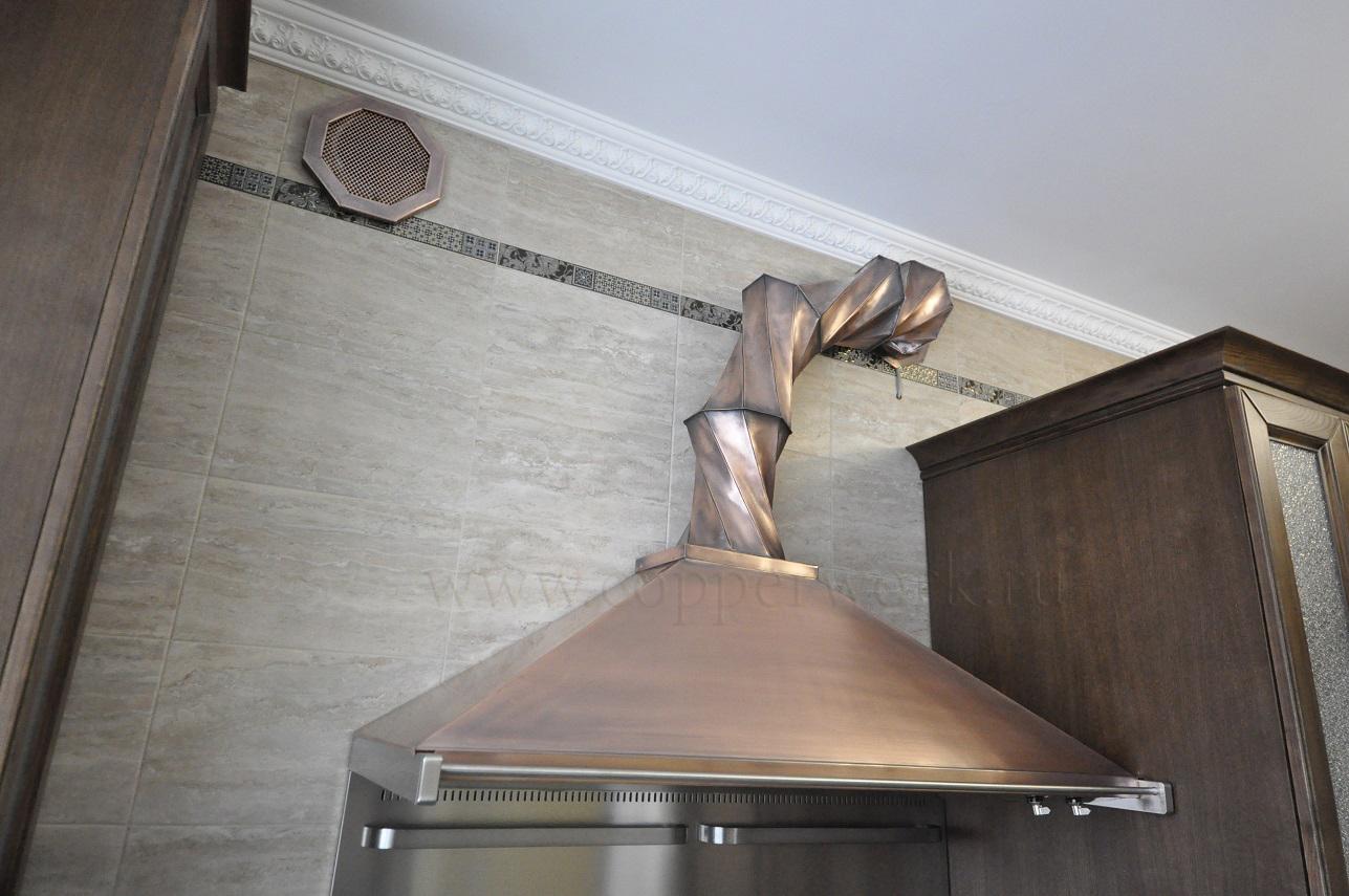 Вытяжка на кухне с вентиляционной трубой из меди