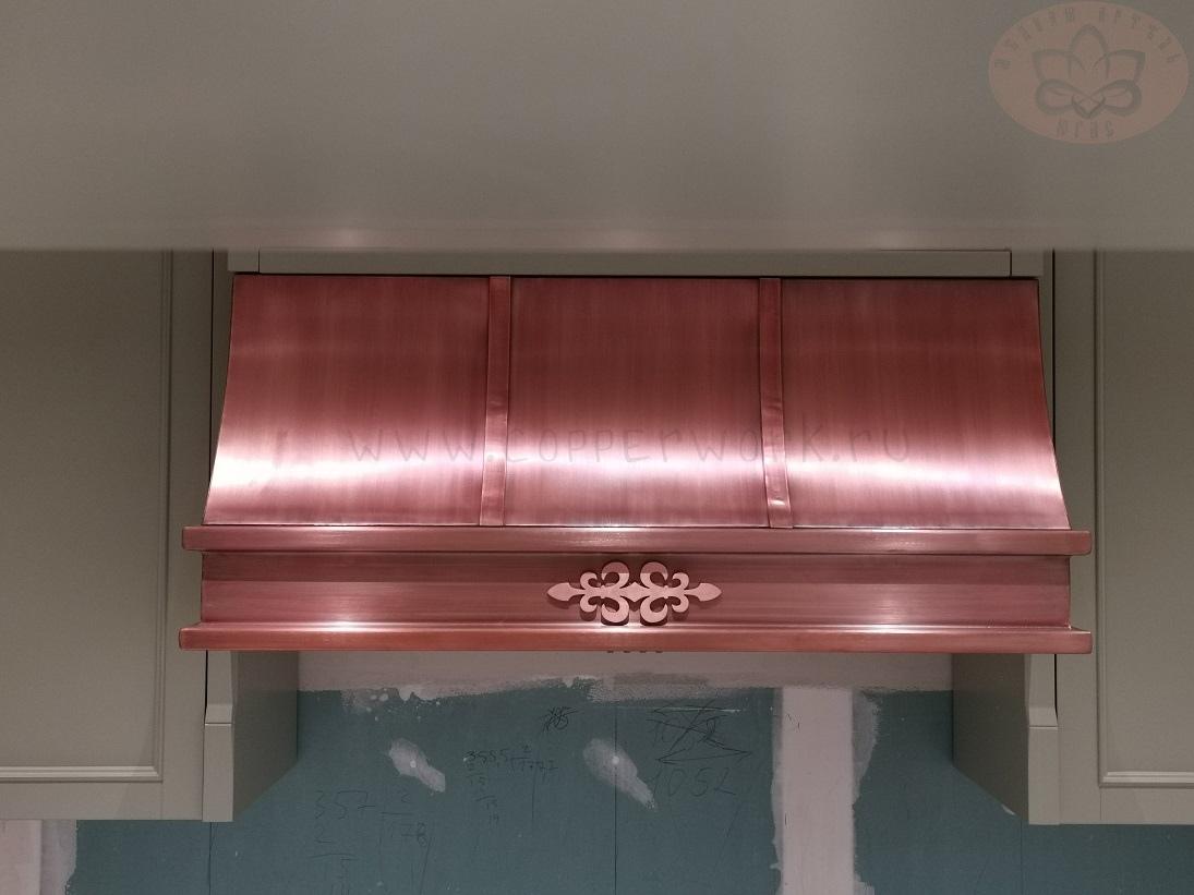 Медная вытяжка на кухню в естественном цвете